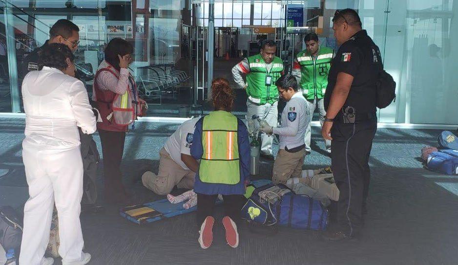 Bebé sufre problema respiratorio a bordo del avión y tienen que aterrizar de emergencia en el Aeropuerto de Huejotzingo