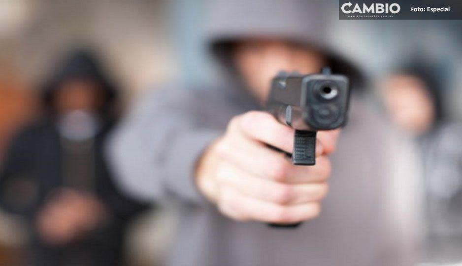 Sujetos armados someten a trabajadores y roban efectivo de negocio en Tlahuapan