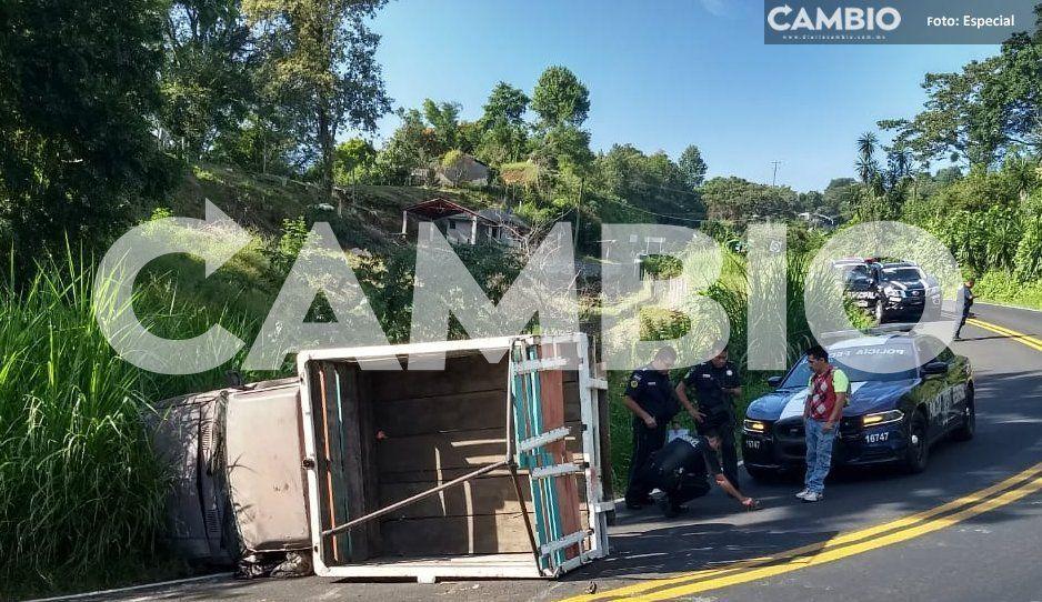 ¡Les llueve sobre mojado! Vuelca camioneta que trasladaba a un enfermo de gravedad en Hueytamalco