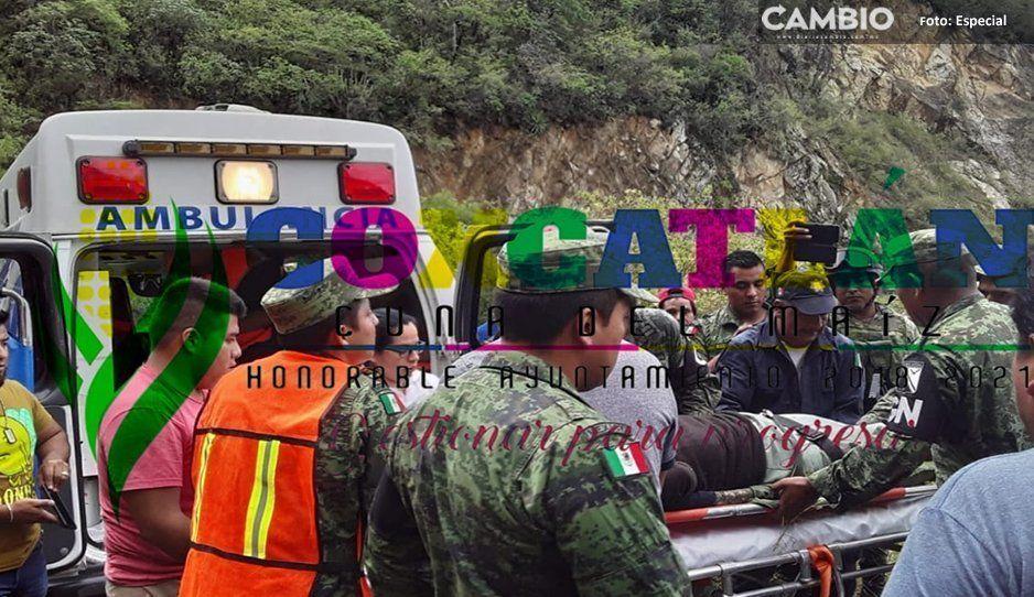 Desbarranca camioneta de pasajeros en Coxcatlán, reportan dos heridos