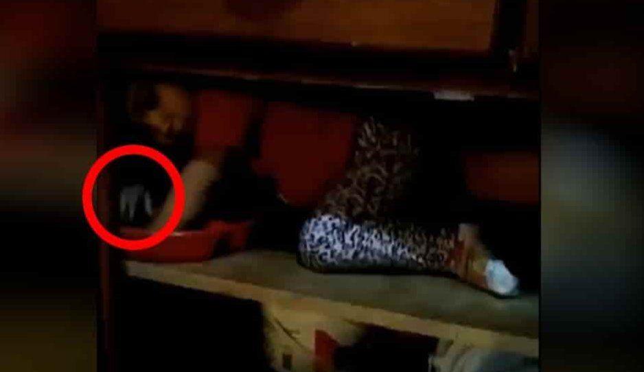 ¡Qué miedo! Captan mano fantasma tocando a niña mientras jugaba (VIDEO)