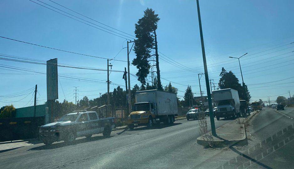 Policías de Texmelucan aseguran camión abandonado sobre la México-Puebla