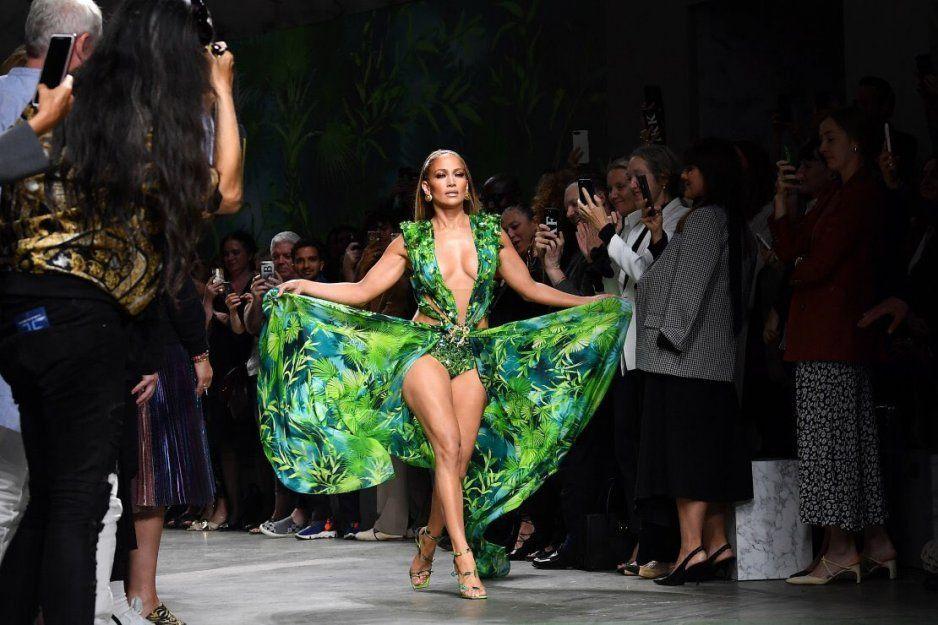 Jennifer López 20 años después vuelve a ponerse el mismo Versace y se ve como todo una diosa (VIDEO)