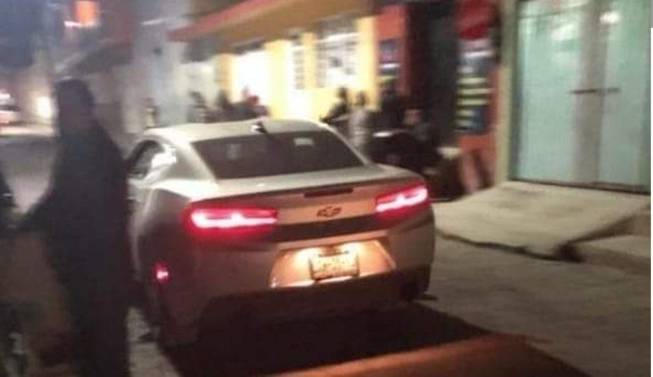 Hijo de regidora convierte la calle en pista y juega arrancones con su Camaro en Amozoc