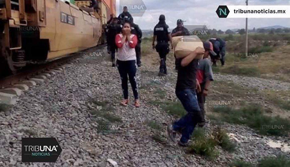 ¡Rapiña en Cañada de Morelos! Hasta mujeres y niños colocan barricadas para saquear tren (FOTOS y VIDEO)