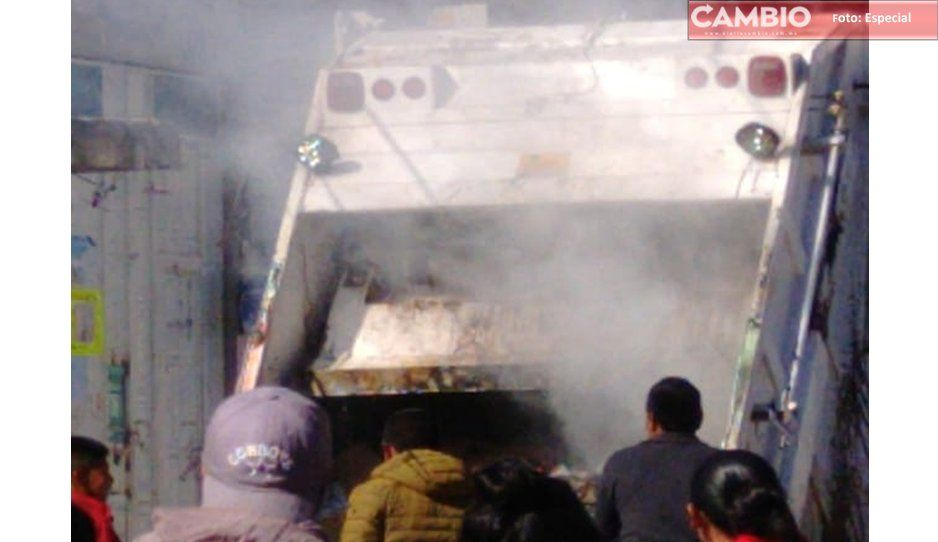 Se incendia camión recolector de basura, y vecinos sofocan el incendio en Huejotzingo