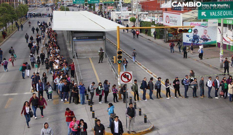 ¡Precaución! Por bloqueo en Periférico, ciudadanos se bajan del RUTA para llegar a su destino