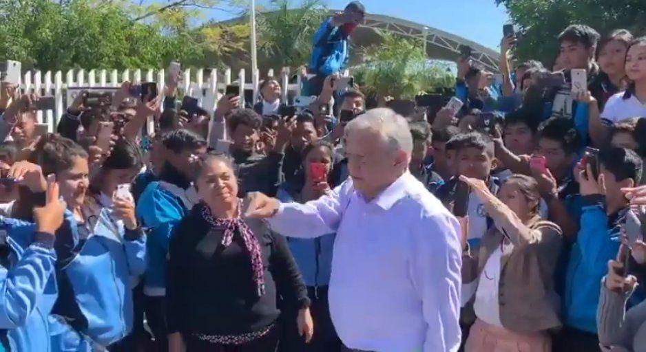 ¡AMLO por fin regresó a Puebla! Ahora como presidente se reúne con estudiantes de Chinantla (VIDEO)