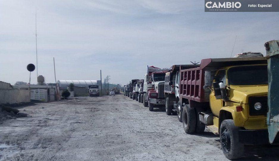 Camioneros contratados por Pérez Popoca hacen paro de labores por falta de pago