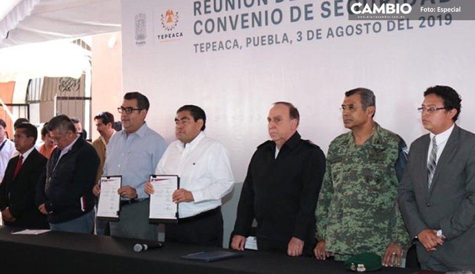 Barbosa firma primer convenio de seguridad en Tepeaca; va contra el huachicol