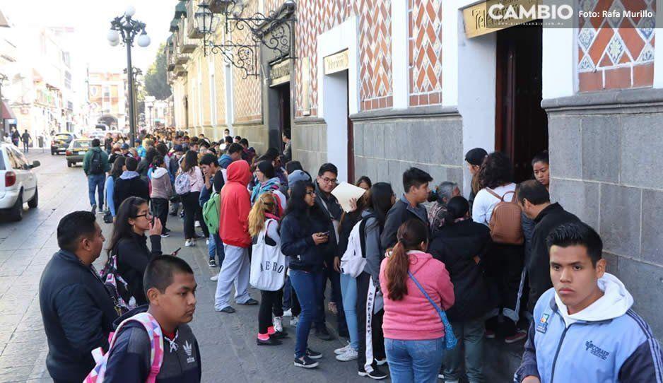 Cientos de jóvenes poblanos hicieron fila para obtener beca que otorga el gobierno de AMLO (FOTOS)