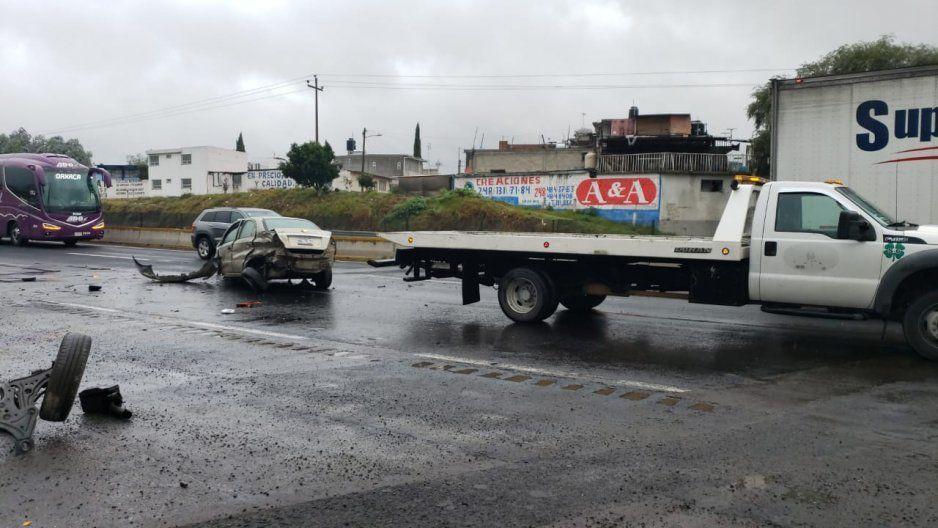Conductor de Aveo a exceso de velocidad se la parte toda en la México-Puebla
