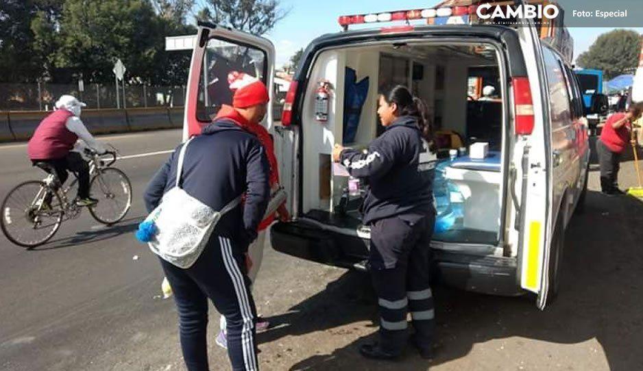 Paramédicos se Protección Civil brindan atención a peregrinos que pasan por Texmelucan
