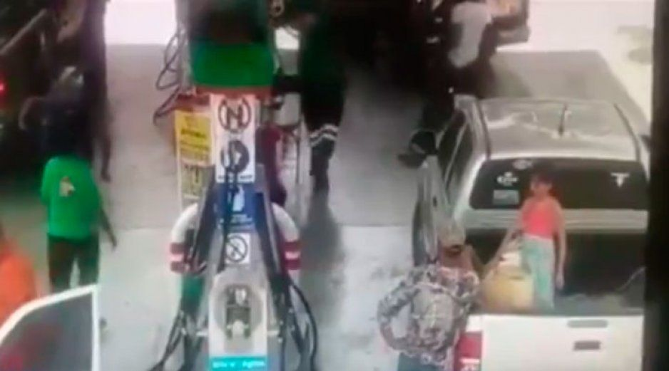 VIDEO IMPACTANTE: Se incendia gasolinera y niña de 7 años arde en llamas
