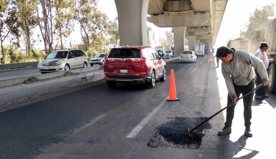 Tras meses de olvido, Infraestructura comienza bacheo en el bajo puente de la autopista México-Puebla (FOTOS)