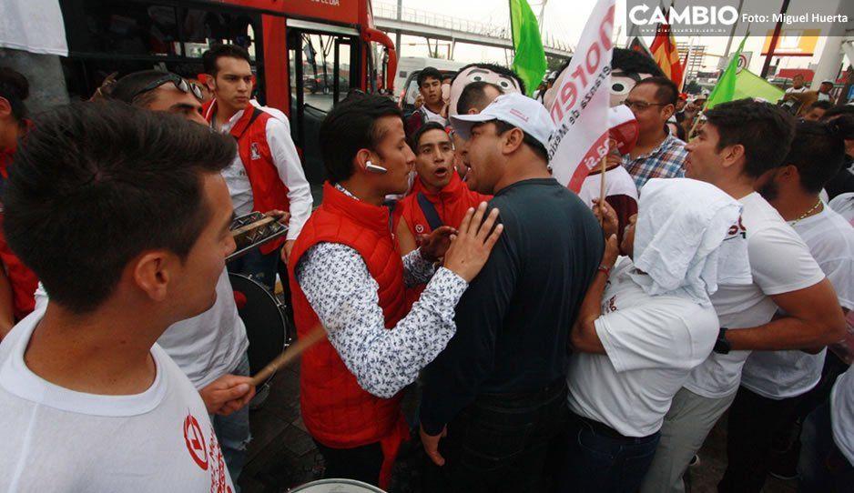 FOTOS: Se registra conato de bronca entre porras del PRI y Morena previo al #DebatePuebla2019