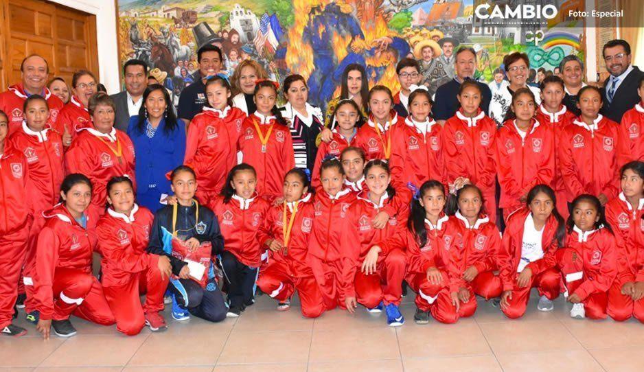 Norma Layón abandera en Texmelucan a deportistas regionales para los juegos deportivos de educación básica 2019