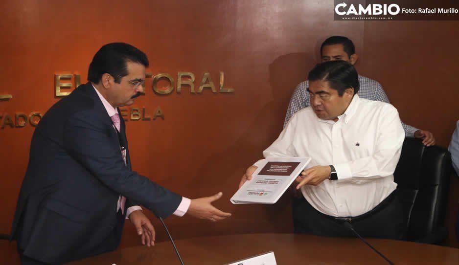 Arropado por Yeidckol, Barbosa se registra como candidato a la gubernatura de Puebla