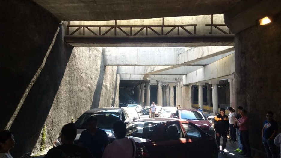 Tráfico desquiciante en el Bulevar Atlixco tras choque en desnivel Juárez-Serdán