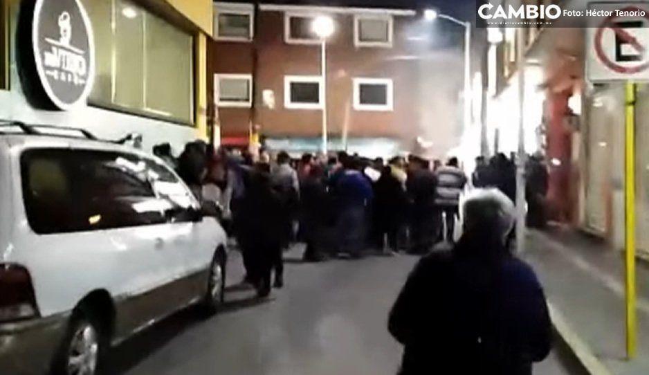 Ambulantes lesionan a director de Seguridad, directora de Tránsito y 3 policías de Texmelucan en enfrentamiento (VIDEO)