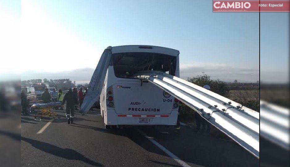 ¡Como en Destino final! Trabajadores de Audi a punto de morir decapitados… barra de contención atraviesa autobús (VIDEO)