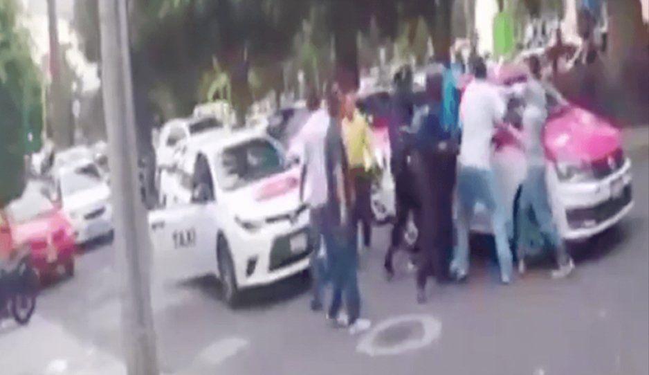 Taxistas agandallan y golpean a repartidor de Uber Eats (VIDEO)
