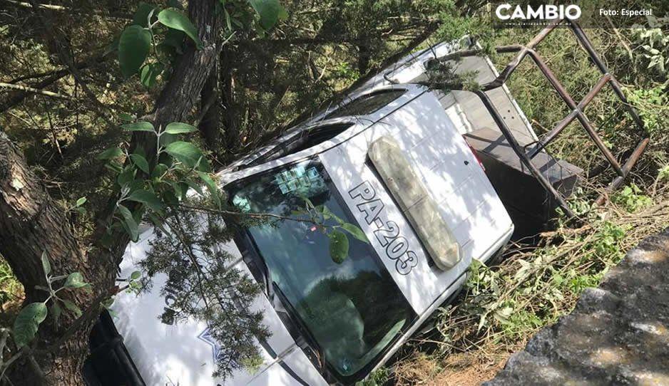 Policías de Serdán se salvan de milagro, vuelca patrulla pero arboles impiden que caigan al barranco