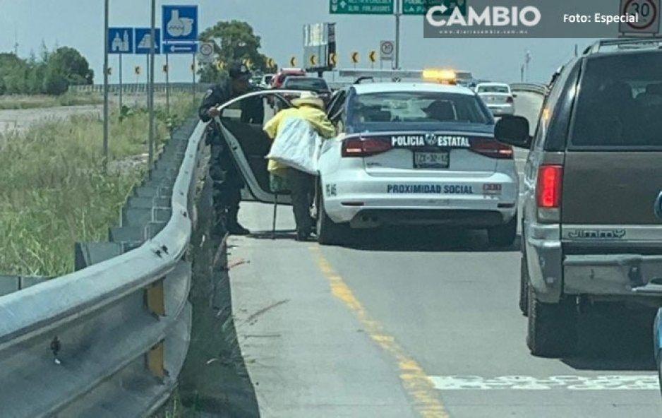 ¡No todo es crueldad en Puebla! Policía Estatal le da aventón a viejito en el Peri con todo y su costal