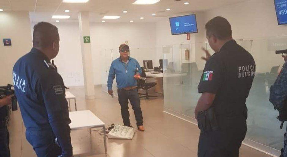 Héroe policía abate a rata que amenazaba con machetear a cuentahabientes de Banamex (VIDEO)