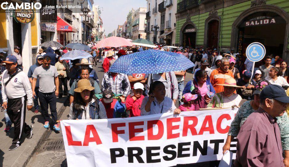 Tianguistas de Texmelucan se manifiestan frente a Congreso local y provocan caos vial