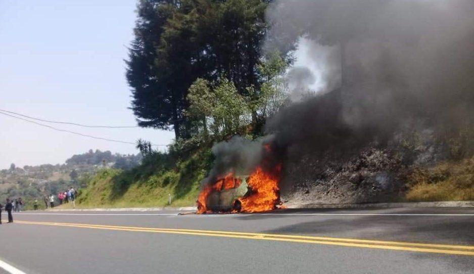 ALV se incendia Pegeout en la Teziutlán-Virreyes y genera pánico en la autopista (FOTOS)