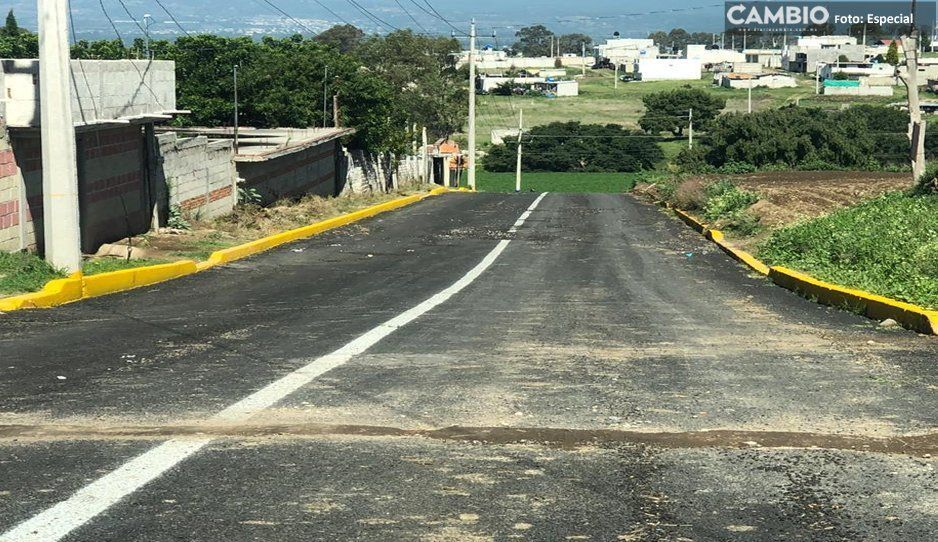 Rompen asfalto de calle recién inaugurada en Texmelucan