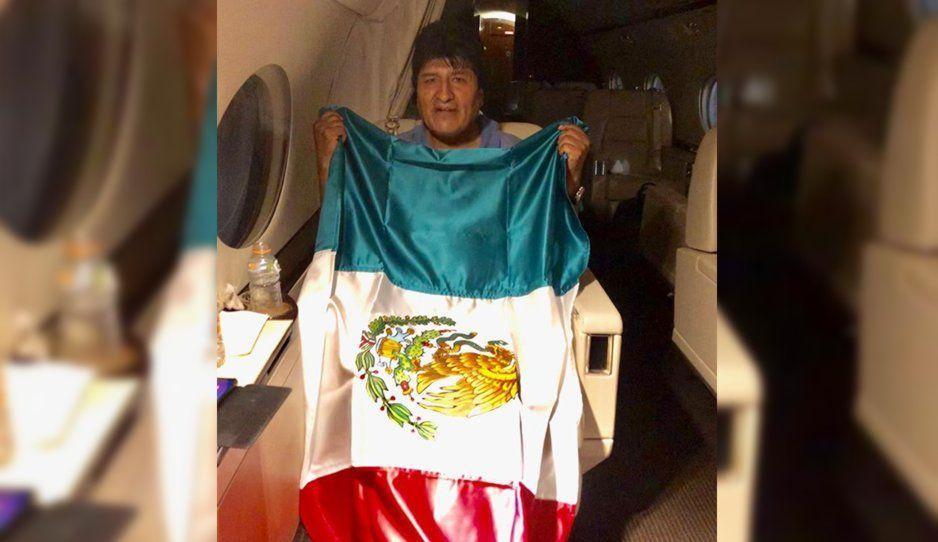 Despega avión de la Fuerza Aérea con Evo Morales bajo la máxima protección militar mexicana