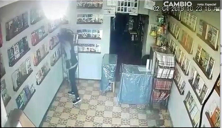 ¡Con las manos en la masa! Captan a mujer robando en librería en Texmelucan (VIDEO)