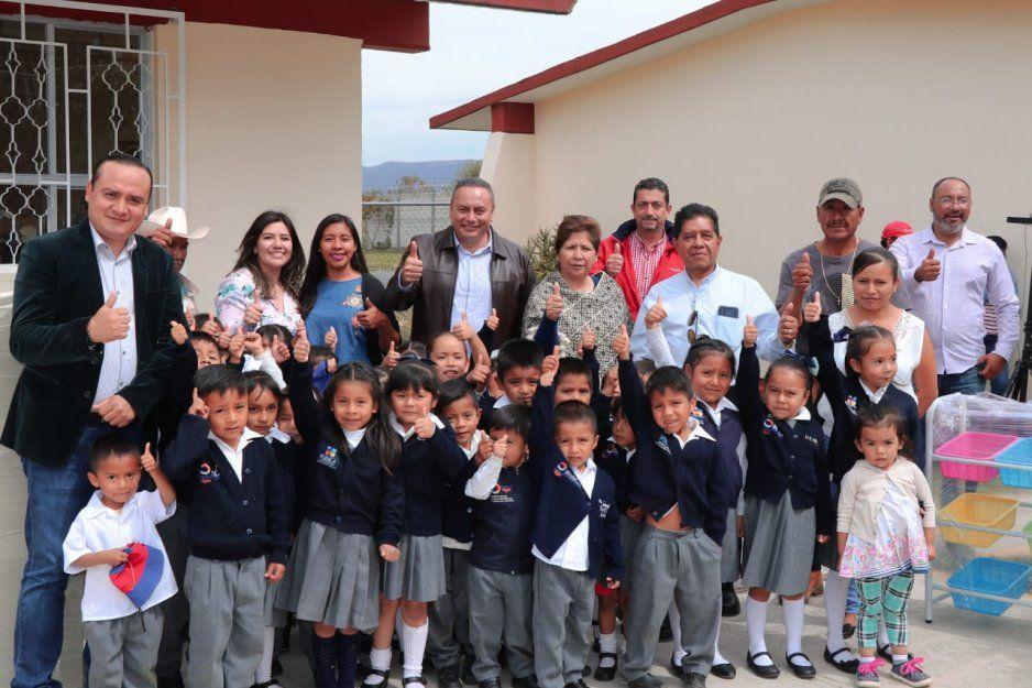 Guillermo Velázquez entrega mobiliario y obras a escuelas de Atlixco