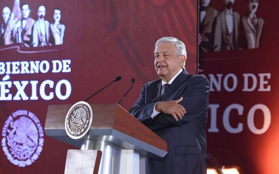 AMLO pretende dar a la Iglesia canales de TV y radio para moralizar al país