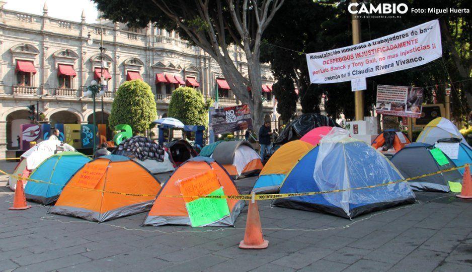 Ex trabajadores del Ayuntamiento aseguran que Claudia Rivera les mintió y regresan su plantón al Palacio Municipal