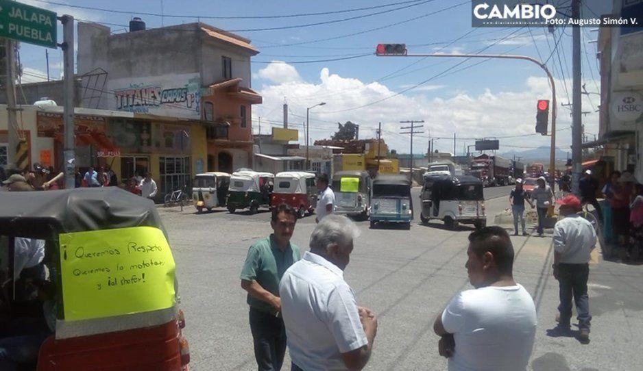 Mototaxistas de El Seco cierran carretera en protesta vs la alcaldesa; exigen la liberación de unidad asegurada