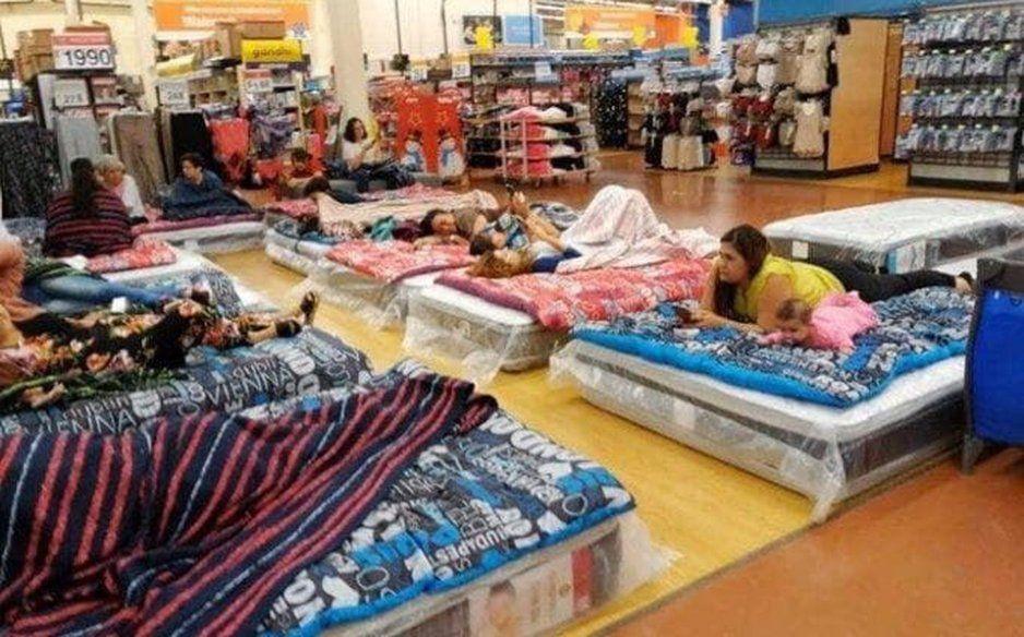 Walmart permitió que clientes se quedaran a dormir ante megabalacera