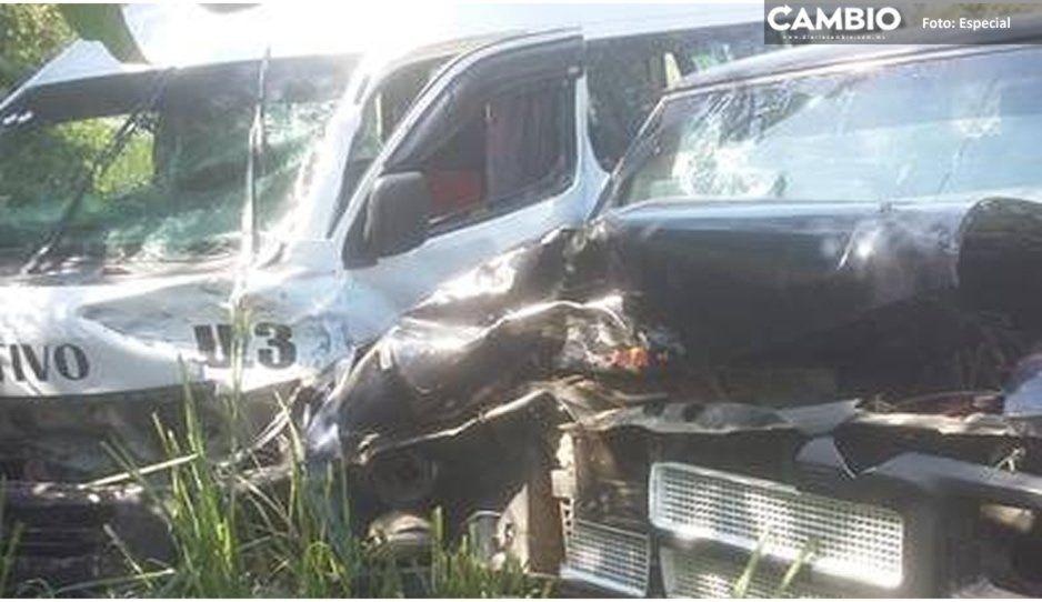 Aparatoso choque ente transporte público y camioneta deja dos personas lesionadas en Tlaxcalantongo