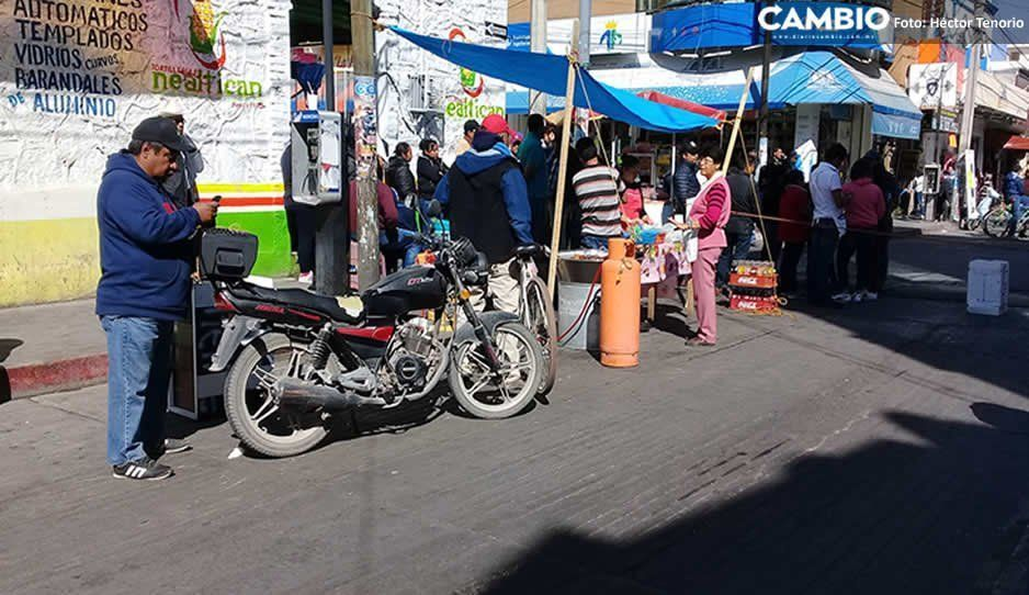 Comerciantes cierran calles del centro de Texmelucan para exigir el retiro de ambulantes