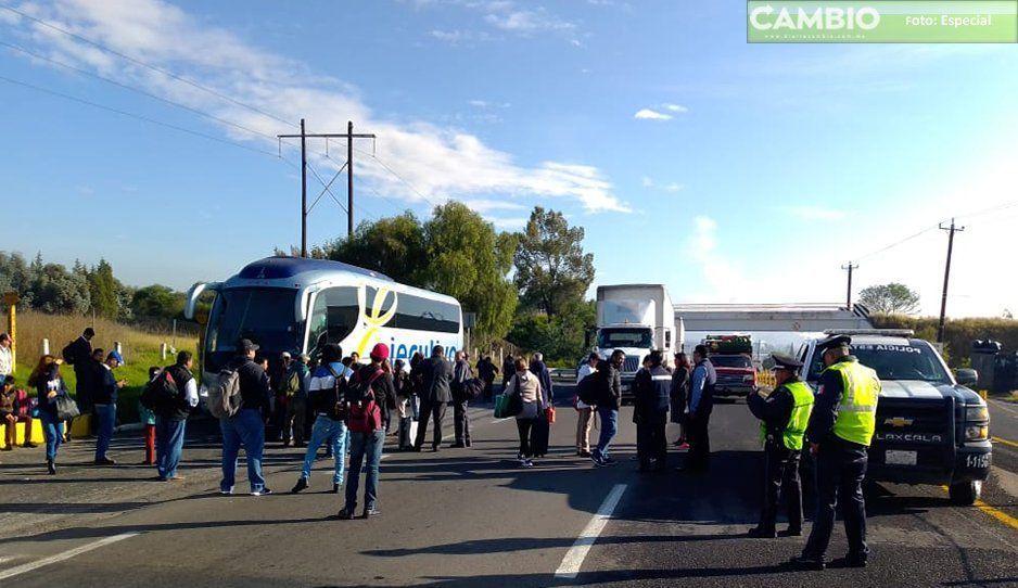 Pasajeros de ATHA toman casetas exigen otro autobús ya que en el que viajaban se descompuso