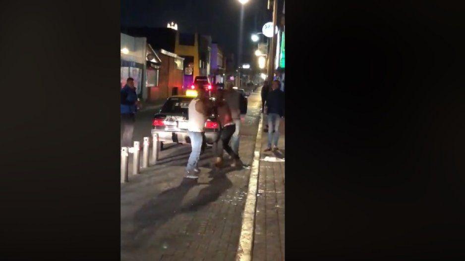 ¡Anarquía en la zona de antros de San Andrés Cholula! Se agarran a golpes en las narices de policías municipales (VIDEO)
