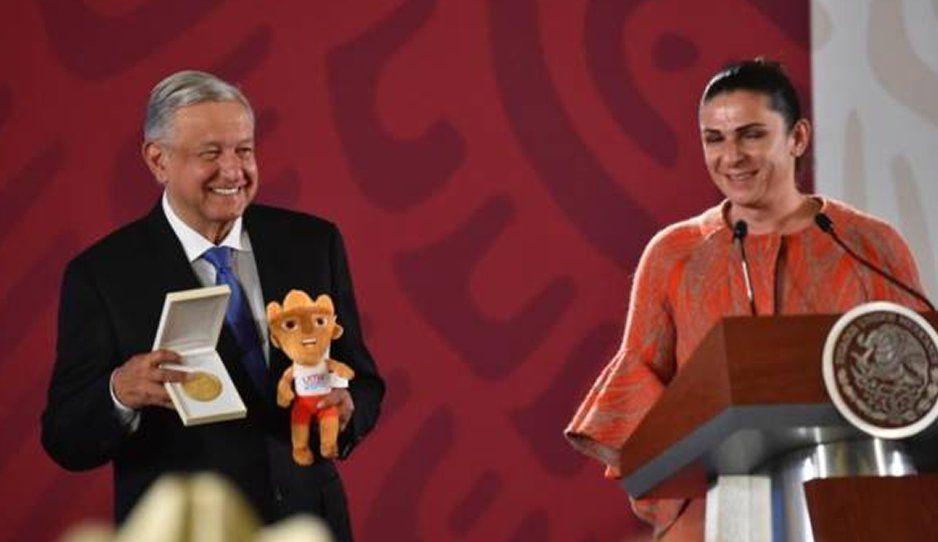 AMLO recibe de Ana Guevara medalla por el apoyo a los atletas mexicanos que participaron en Lima 2019