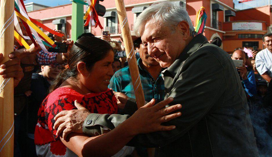 Reciben a AMLO con mantas y flores en su visita a San Miguel Canoa