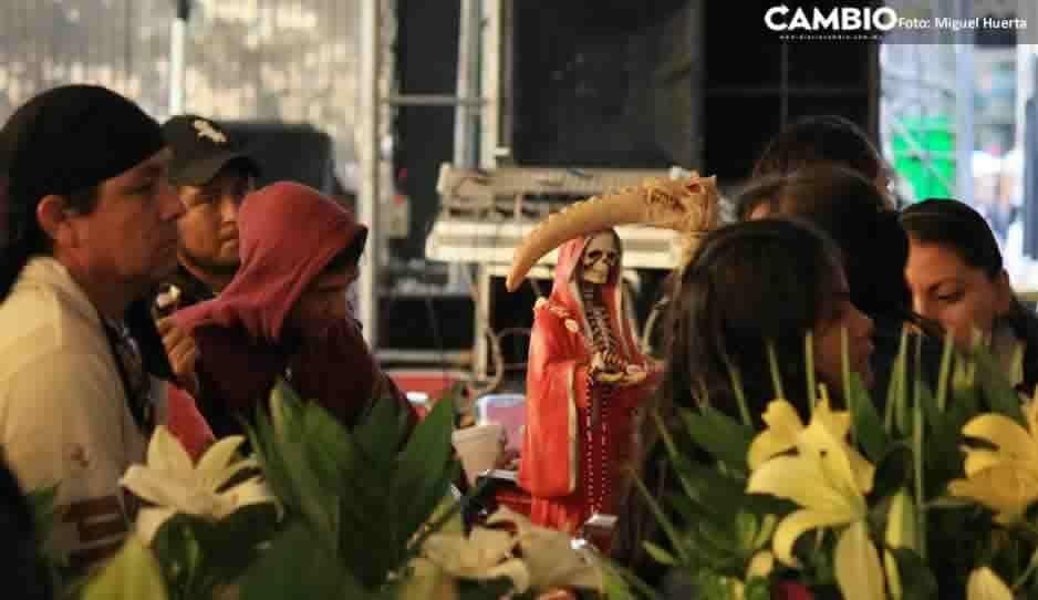 Con mariachi, flores y comida cerca de 9 mil poblanos festejan a la Santa Muerte (FOTOS)