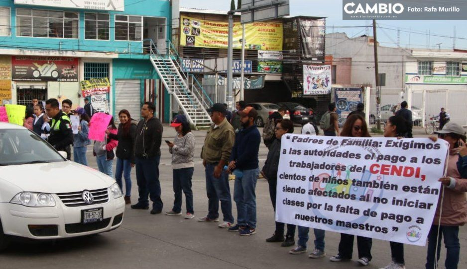 Padres de familia bloquean la 11 Sur; exigen pago a docentes de Cendis