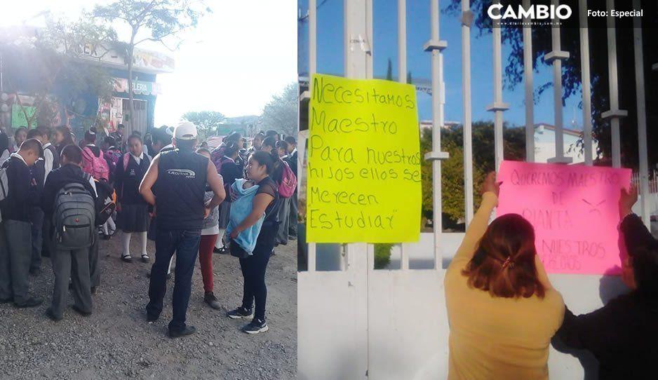 Padres de familia se manifiestan en escuela de Tehuacán por falta de profesores