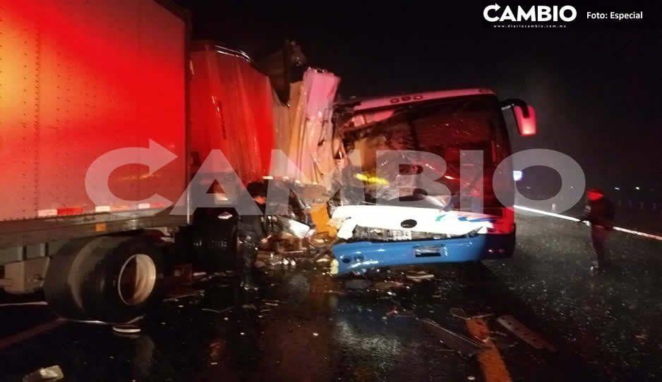 Un muerto y 26 heridos deja choque en la autopista a Teziutlán