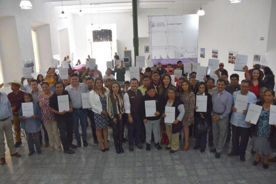 Entrega gobierno de San Pedro Cholula títulos de concesión a comerciantes